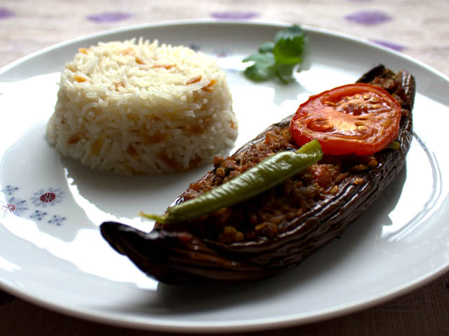 Überbackene Auberginen mit Reis und Rinderhack