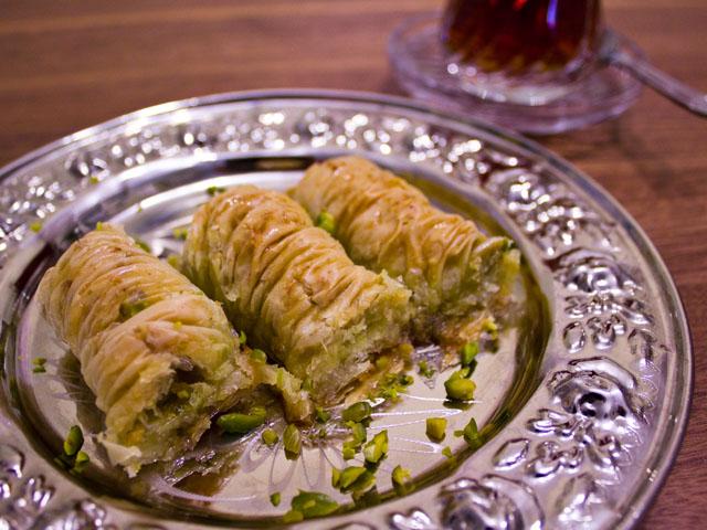 Baklava mit Pistazien und schwarzer Tee